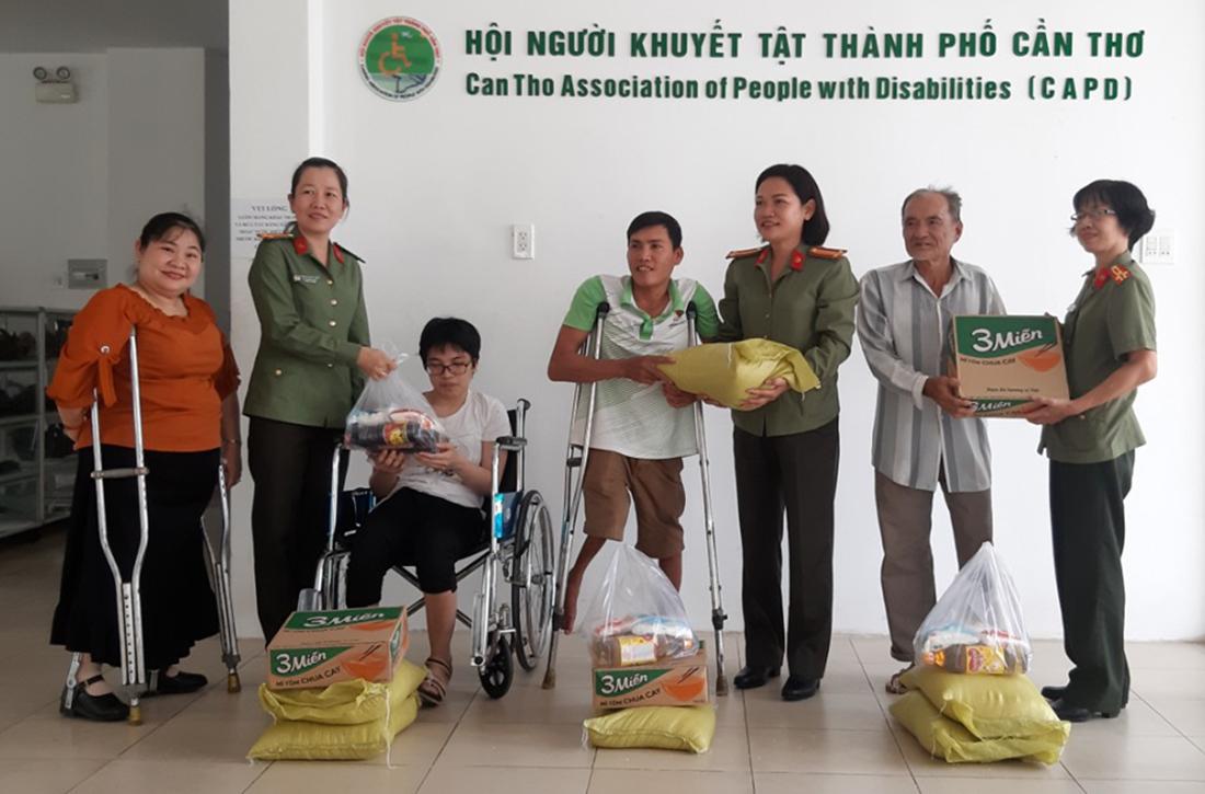 Công An TPCT thăm và tặng quà cho Hội viên có hoàn cảnh khó khăn